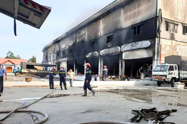 """Công ty sản xuất nệm mút tại Bình Dương chìm trong """"biển lửa"""" - 6"""