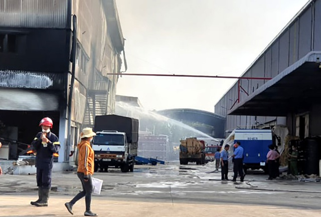 """Công ty sản xuất nệm mút tại Bình Dương chìm trong """"biển lửa"""" - 4"""
