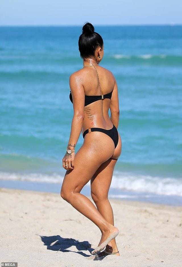 Hot girl gốc Việt Karrueche Tran và Chantel Jeffries bốc lửa trên biển - 9