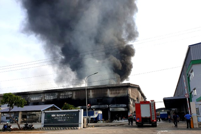 """Công ty sản xuất nệm mút tại Bình Dương chìm trong """"biển lửa"""" - 1"""