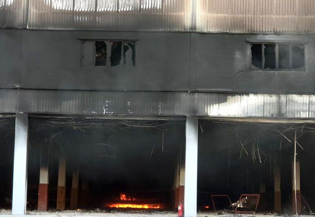 """Công ty sản xuất nệm mút tại Bình Dương chìm trong """"biển lửa"""" - 8"""