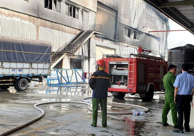 """Công ty sản xuất nệm mút tại Bình Dương chìm trong """"biển lửa"""" - 10"""
