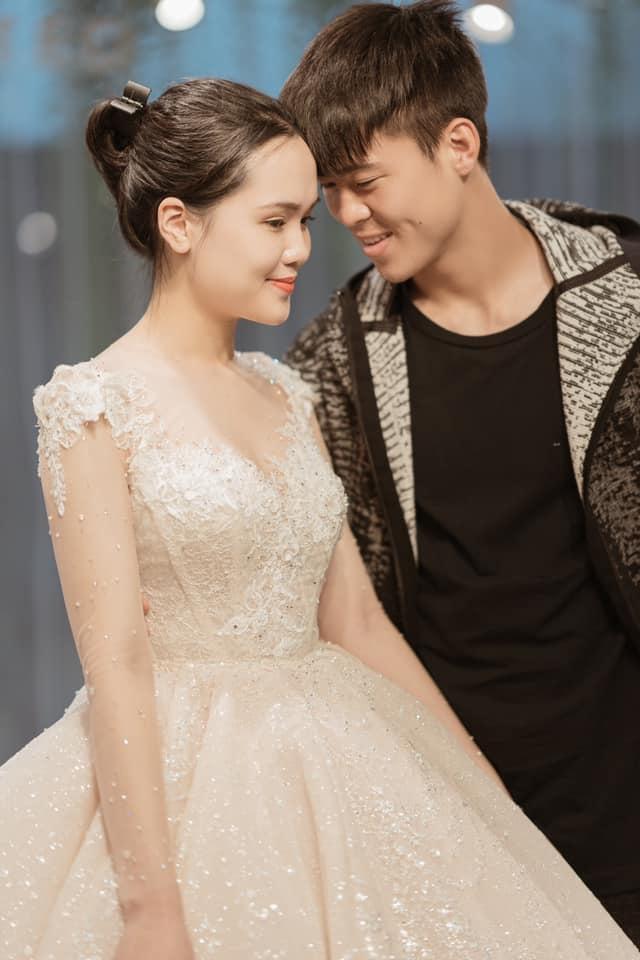 Duy Mạnh - Quỳnh Anh tung ảnh cưới nhắng nhít với áo cầu thủ - 7