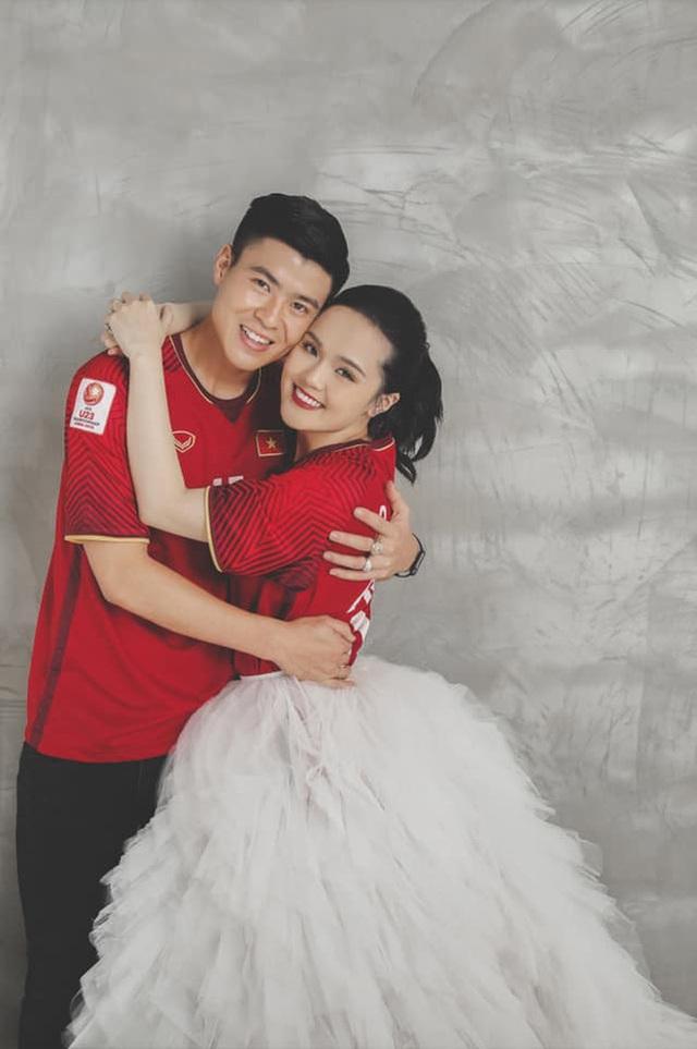 Duy Mạnh - Quỳnh Anh tung ảnh cưới nhắng nhít với áo cầu thủ - 2