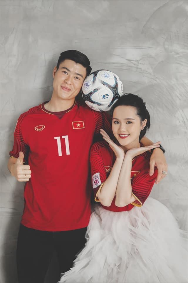 Duy Mạnh - Quỳnh Anh tung ảnh cưới nhắng nhít với áo cầu thủ - 4