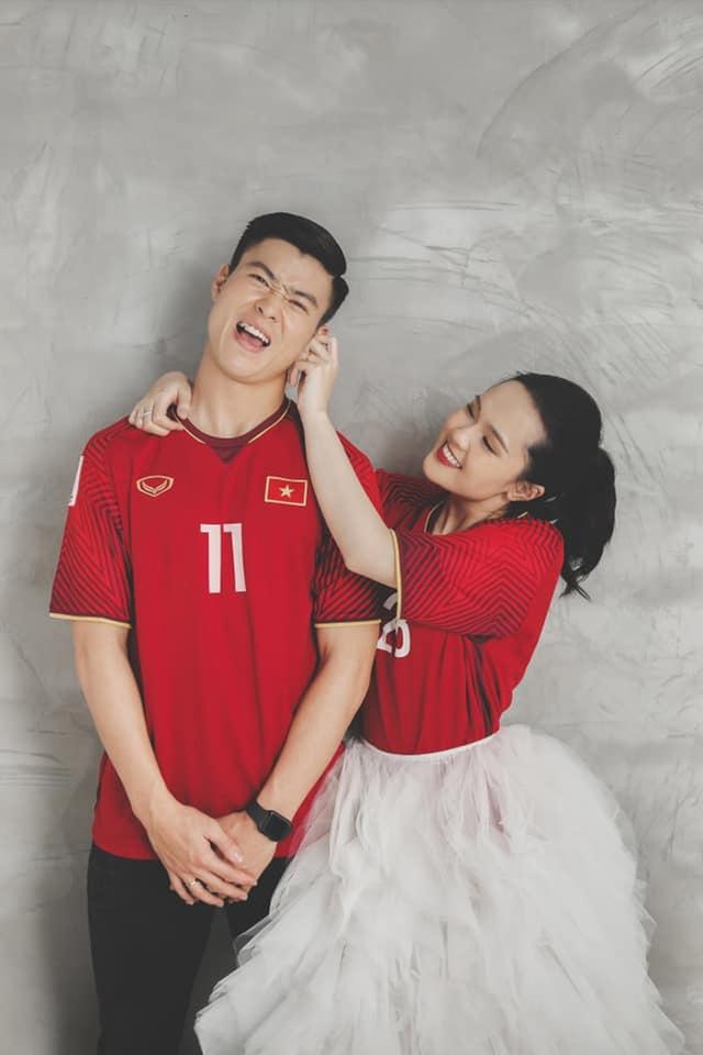 Duy Mạnh - Quỳnh Anh tung ảnh cưới nhắng nhít với áo cầu thủ - 5