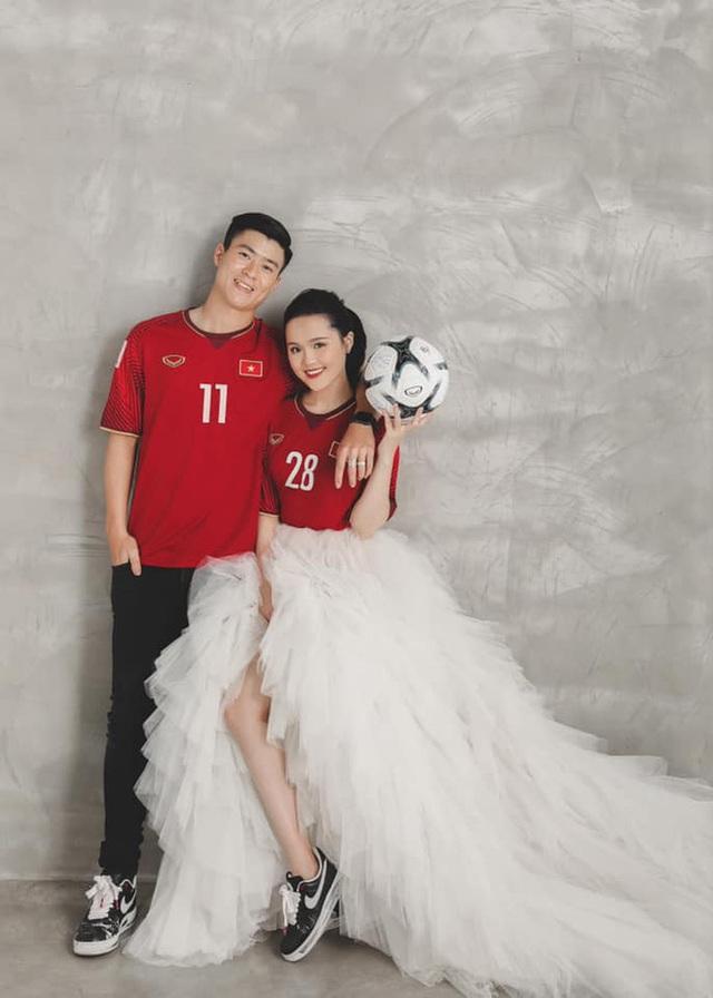 Duy Mạnh - Quỳnh Anh tung ảnh cưới nhắng nhít với áo cầu thủ - 1