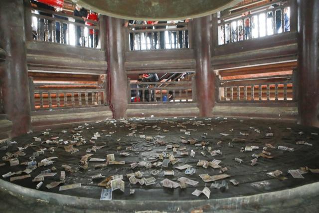 Du khách vung tay ném tiền lẻ trong chùa Bái Đính - 4