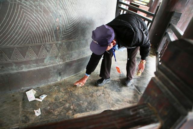 Du khách vung tay ném tiền lẻ trong chùa Bái Đính - 8