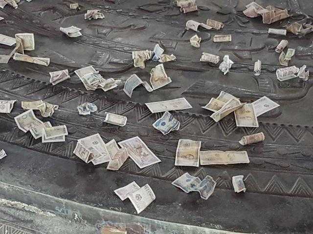 Du khách vung tay ném tiền lẻ trong chùa Bái Đính - 5