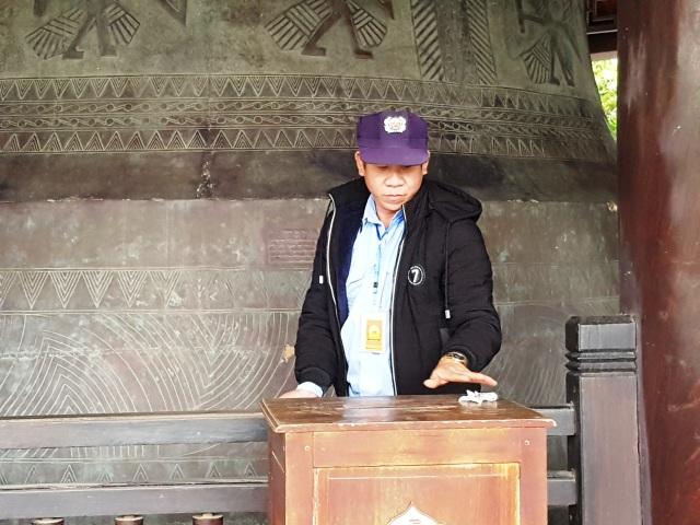 Du khách vung tay ném tiền lẻ trong chùa Bái Đính - 9