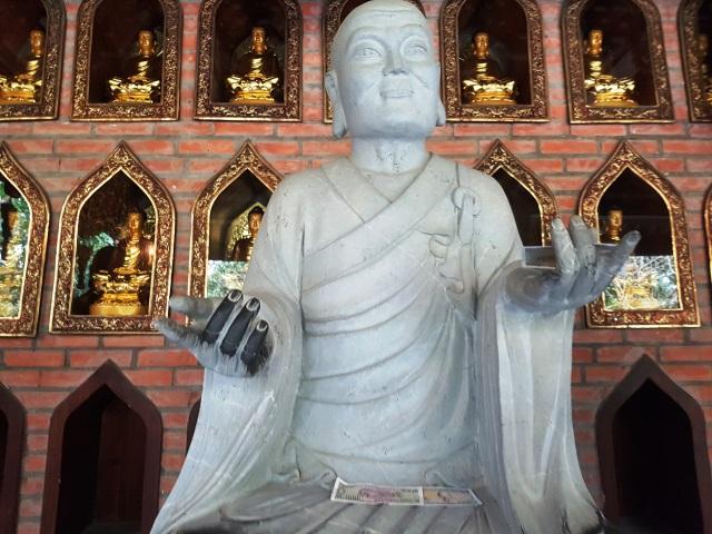 Du khách vung tay ném tiền lẻ trong chùa Bái Đính - 2