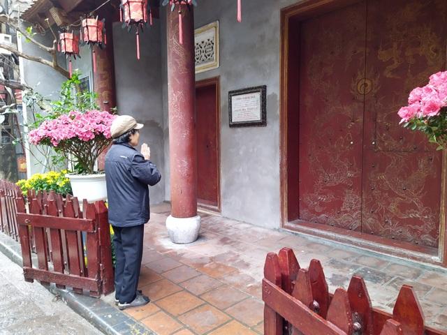 Lo ngại virus corona, Thăng Long tứ trấn vắng khách đi lễ đầu năm - 12