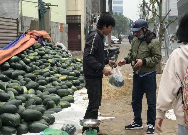 Trung Quốc đóng cửa vì dịch cúm, dưa hấu siêu rẻ, bán la liệt ở vỉa hè Hà Nội - 3