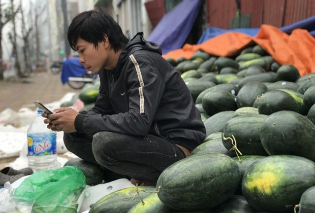 Trung Quốc đóng cửa vì dịch cúm, dưa hấu siêu rẻ, bán la liệt ở vỉa hè Hà Nội - 4