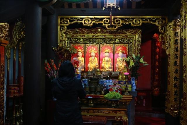 Lo ngại virus corona, Thăng Long tứ trấn vắng khách đi lễ đầu năm - 10