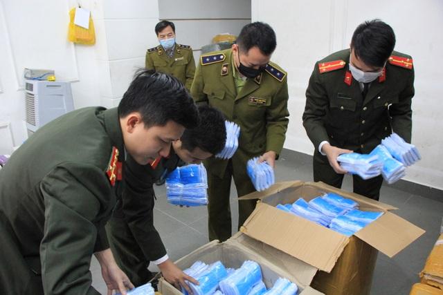 Hà Nội: Công an thu giữ lô khẩu trang y tế có biểu hiện tích trữ để bán ra nước ngoài - 2