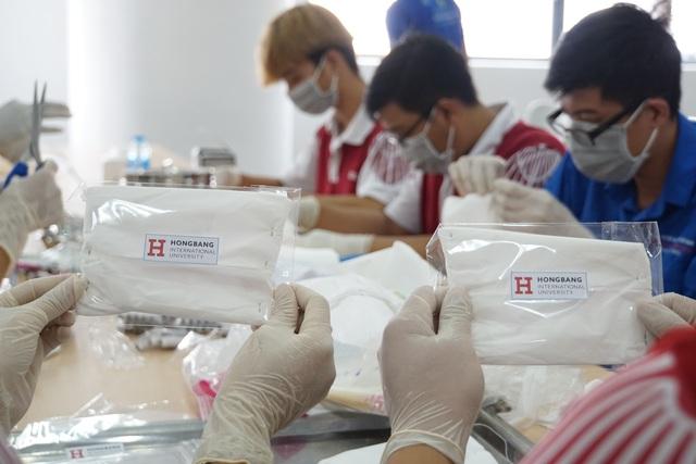 Sinh viên, giảng viên chế nước rửa tay, làm khẩu trang phòng dịch Corona - 7