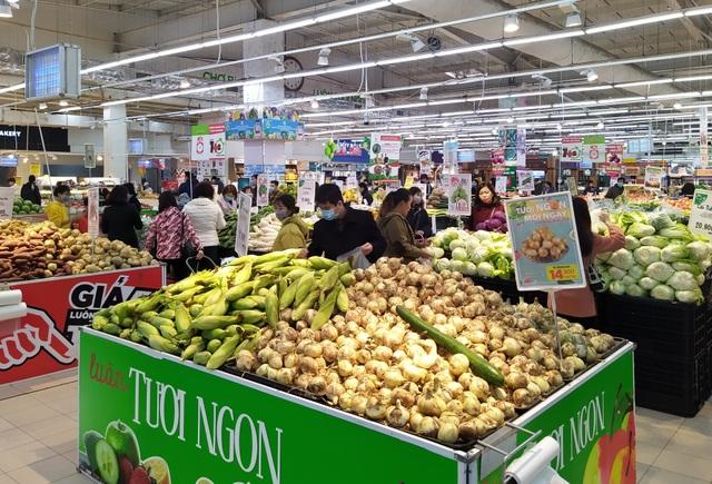 """Người dân đổ xô đi mua đồ tích trữ phòng dịch corona, kệ hàng rau củ quả """"cháy hàng"""" - 1"""