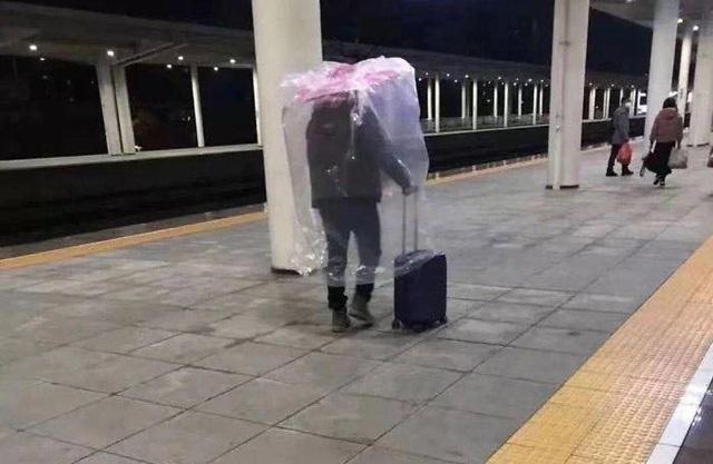 Trời không mưa cũng mặc áo mưa, đi sân bay như chống nhiễm xạ - 10