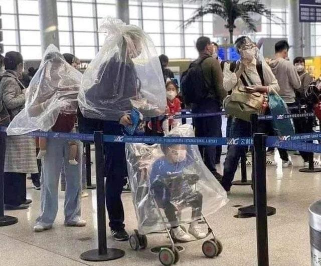 Trời không mưa cũng mặc áo mưa, đi sân bay như chống nhiễm xạ - 1