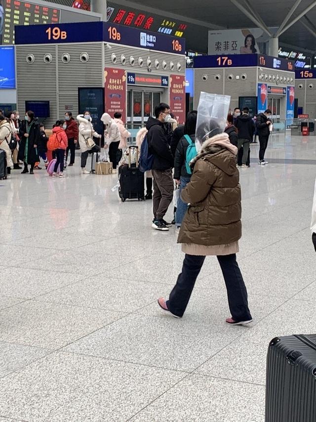Trời không mưa cũng mặc áo mưa, đi sân bay như chống nhiễm xạ - 2