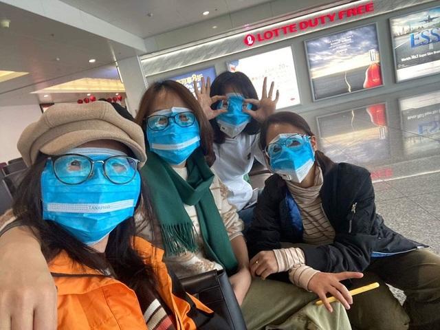 Trời không mưa cũng mặc áo mưa, đi sân bay như chống nhiễm xạ - 4