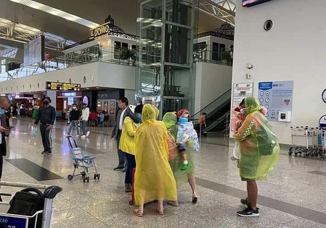 Trời không mưa cũng mặc áo mưa, đi sân bay như chống nhiễm xạ - 5