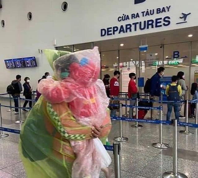 Trời không mưa cũng mặc áo mưa, đi sân bay như chống nhiễm xạ - 6