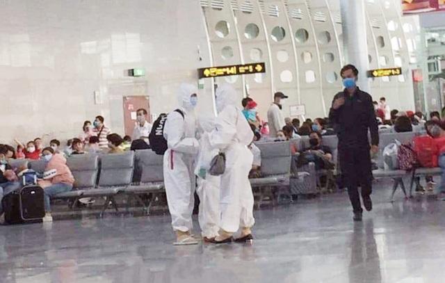 Trời không mưa cũng mặc áo mưa, đi sân bay như chống nhiễm xạ - 8