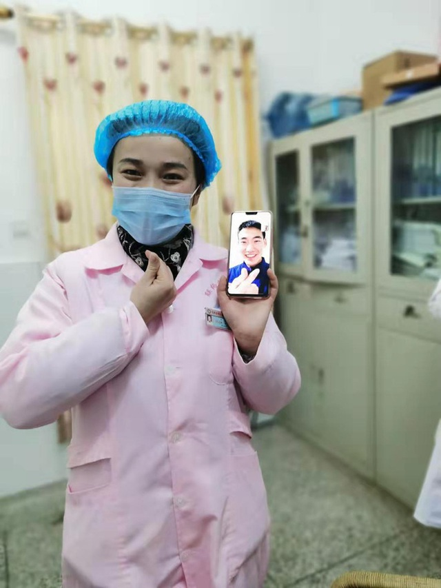 Cặp đôi Trung Quốc cưới nhau qua... videocall thời dịch virus corona - 2