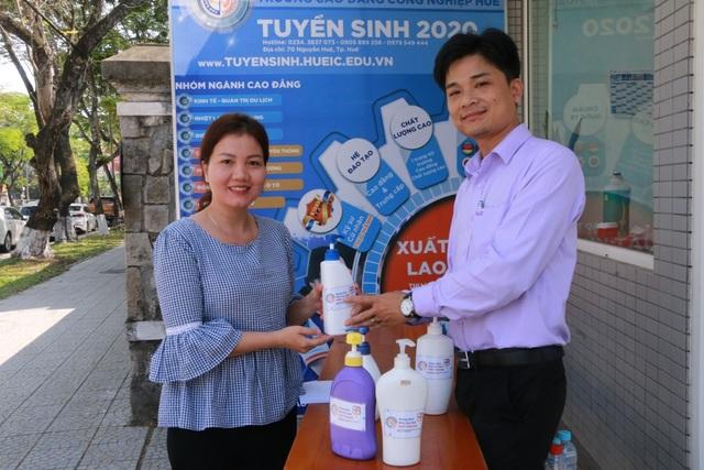 Giảng viên sản xuất nước rửa tay khô tặng người dân phòng dịch Corona - 3