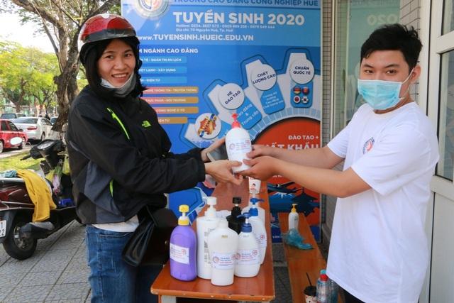 Giảng viên sản xuất nước rửa tay khô tặng người dân phòng dịch Corona - 4