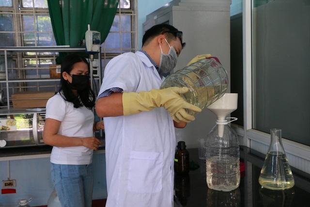Giảng viên sản xuất nước rửa tay khô tặng người dân phòng dịch Corona - 1