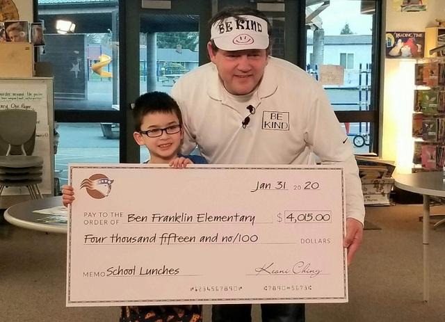 Cậu bé 8 tuổi kiếm trăm triệu đồng trả nợ cho học sinh nghèo 7 trường học - 1