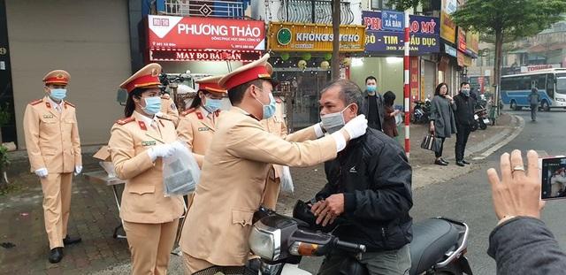 Ấm lòng những hình ảnh đẹp của người Việt giữa mùa dịch virus corona - 3