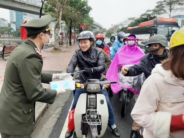 Ấm lòng những hình ảnh đẹp của người Việt giữa mùa dịch virus corona - 4