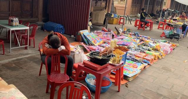 Dân buôn vừa bán hàng vừa ngủ gật, kinh tế Việt Nam ảm đạm vì corona - 1