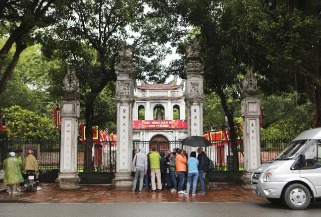 Hàng loạt điểm tham quan của Hà Nội tạm dừng hoạt động, du khách ngỡ ngàng - 1