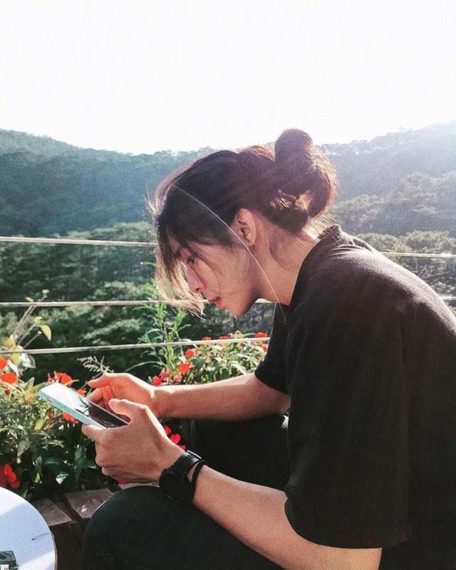 Góc nghiêng lãng tử của chàng trai Đắk Lắk sở hữu mái tóc dài - 1