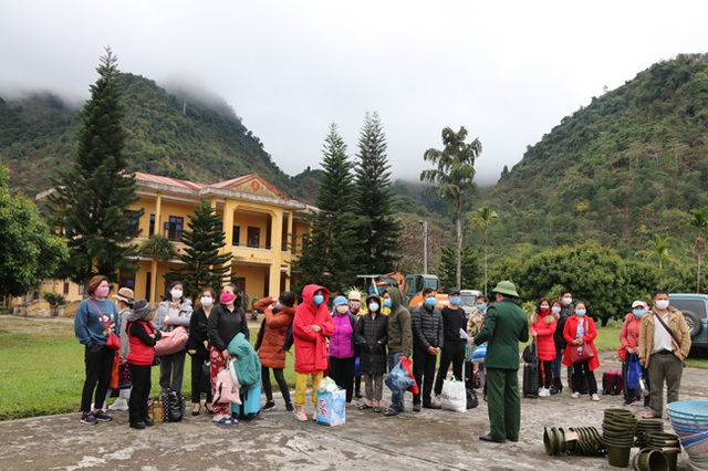 Lào Cai: Tiếp nhận 96 người Việt do Trung Quốc trả về nước - 1