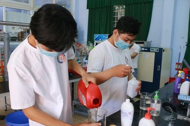 Giảng viên sản xuất nước rửa tay khô tặng người dân phòng dịch Corona - 2