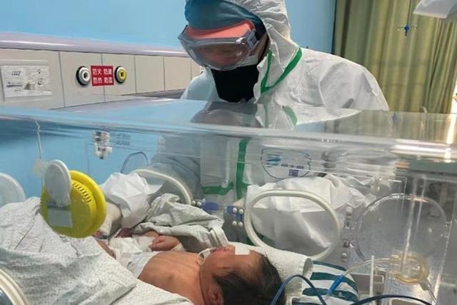 Trung Quốc phát hiện trẻ sơ sinh nhiễm virus corona khi vừa chào đời - 1