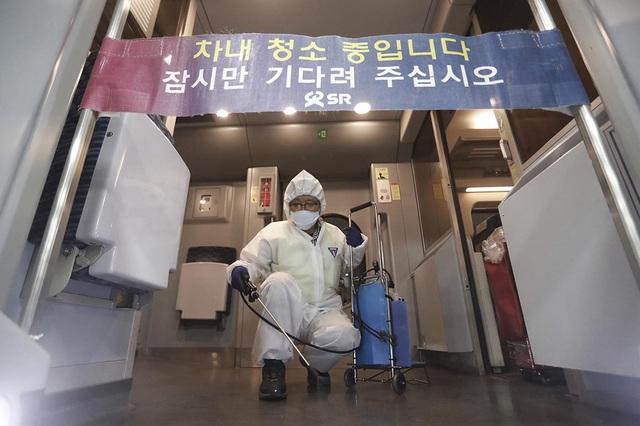 Ngân hàng Trung Quốc khử trùng tiền ngăn virus corona lây lan - 1