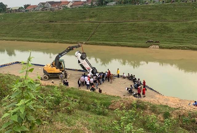 Hàng chục người lao xuống sông cứu tài xế mắc kẹt trong ô tô - 1