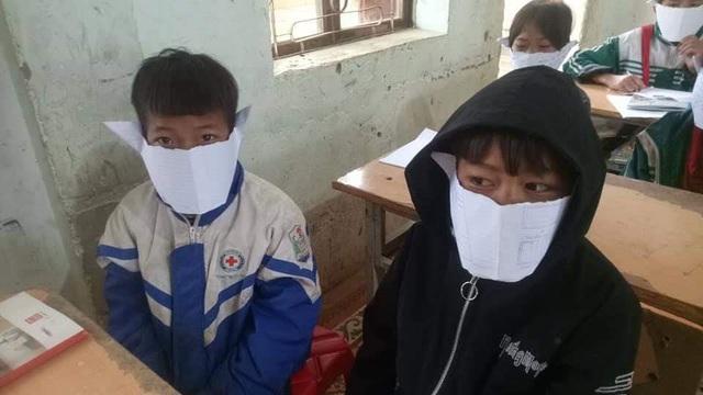 Nghệ An: Nhóm học sinh đùa, lấy giấy làm khẩu trang phòng dịch virus corona - 1