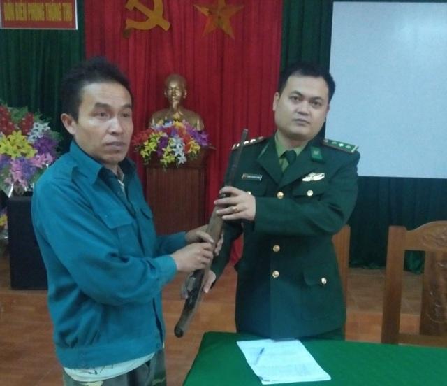 Một người dân bàn giao súng quân dụng và đạn - 1