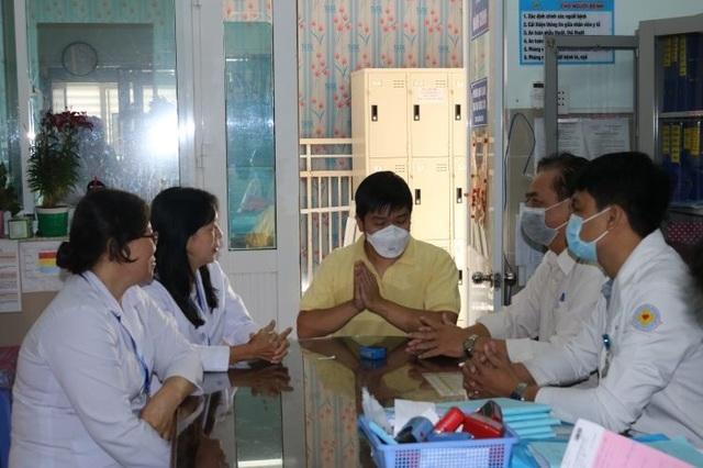 Chiến thắng virus corona chàng trai Trung Quốc đến bệnh viện đón mẹ - 2