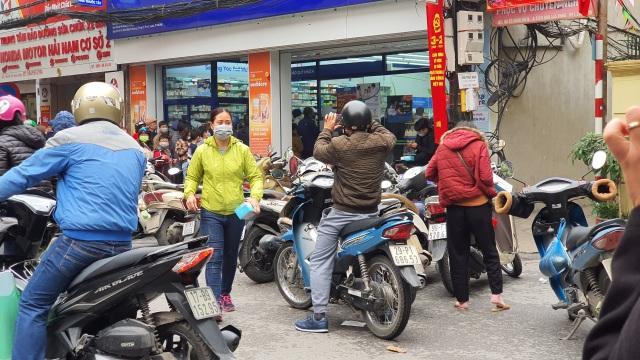 Dân Hà Nội xếp hàng cả buổi sáng chỉ để mua 1 hộp khẩu trang 35 nghìn đồng - 5