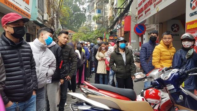 Dân Hà Nội xếp hàng cả buổi sáng chỉ để mua 1 hộp khẩu trang 35 nghìn đồng - 3